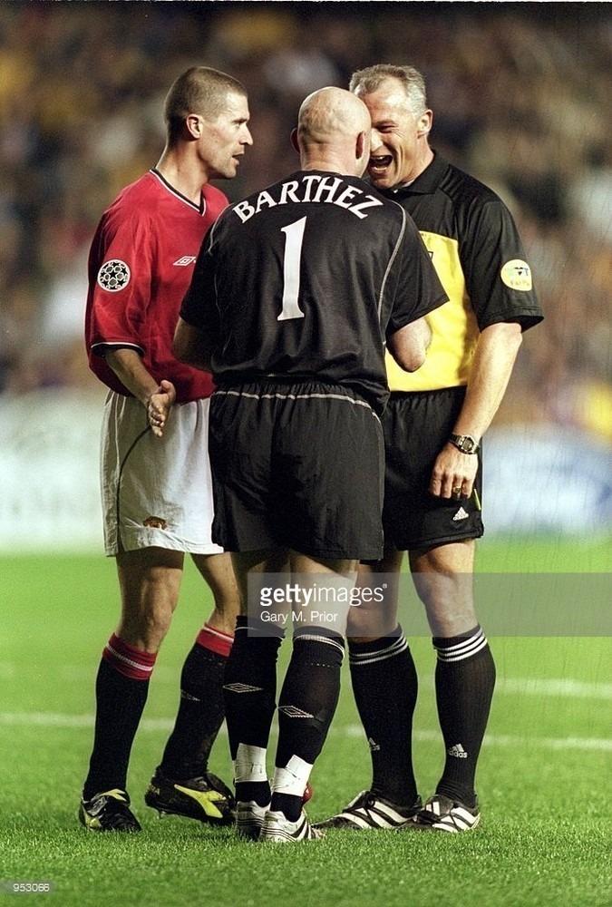 feb-2001-referee-dick-jol-talks-to-roy-keane-and-fabien-barthez-both-picture-id953066.jpg